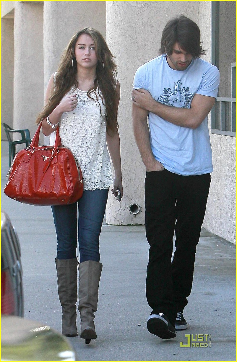miley cyrus justin gaston studio cafe 01