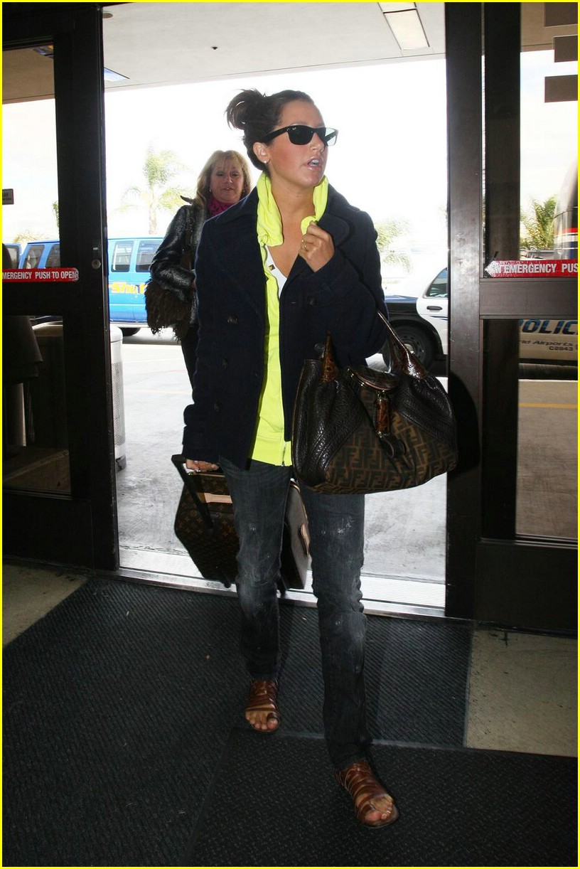 ashley tisdale lax airport 02