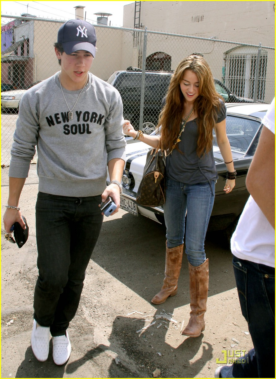 miley cyrus nick jonas village idiot21