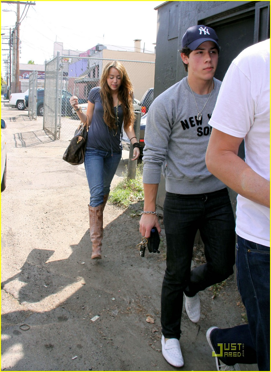 miley cyrus nick jonas village idiot23