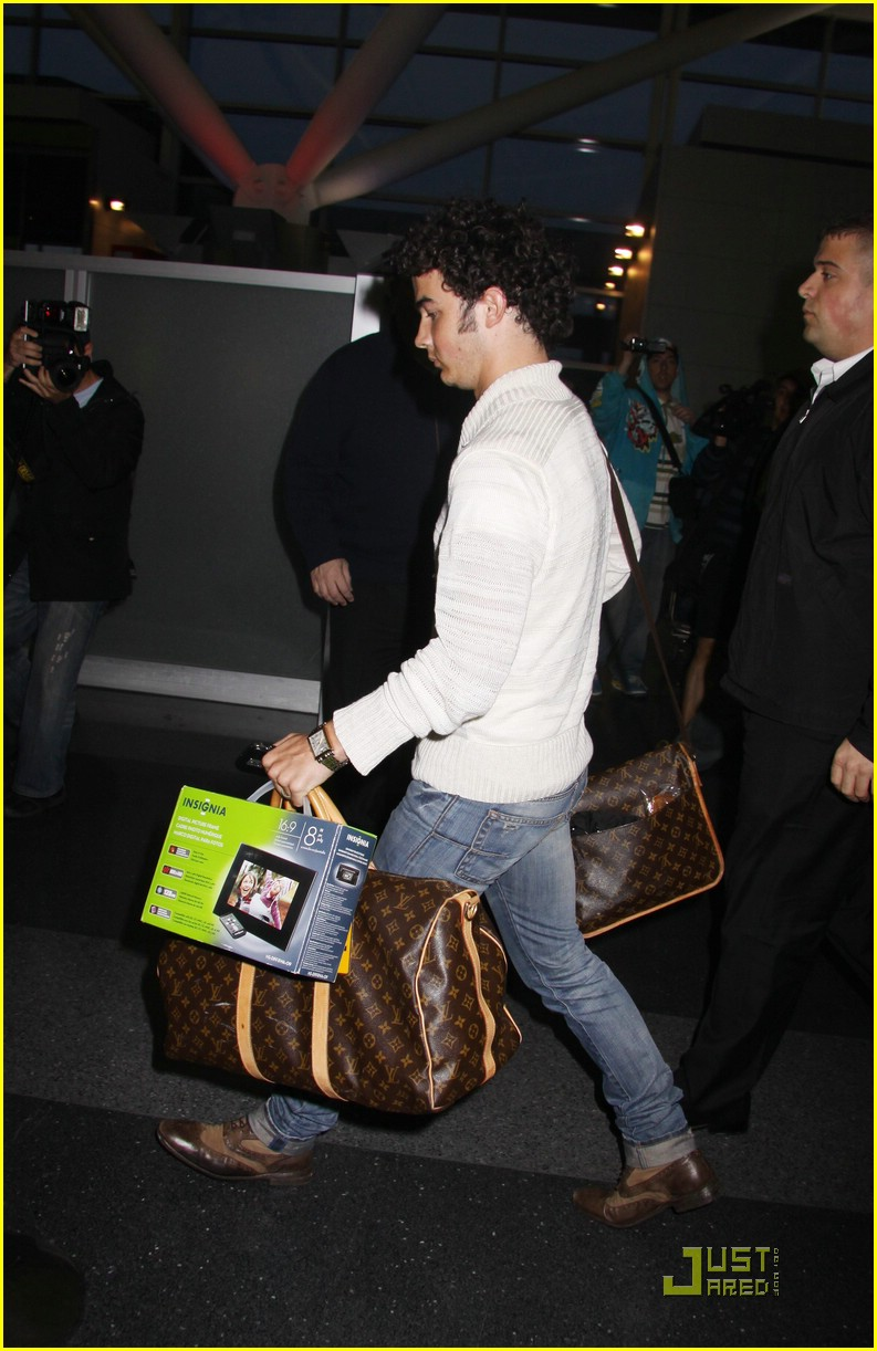 kevin jonas bye big apple 02