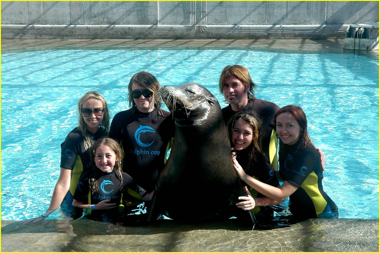 miley cyrus atlantis sea lion 04