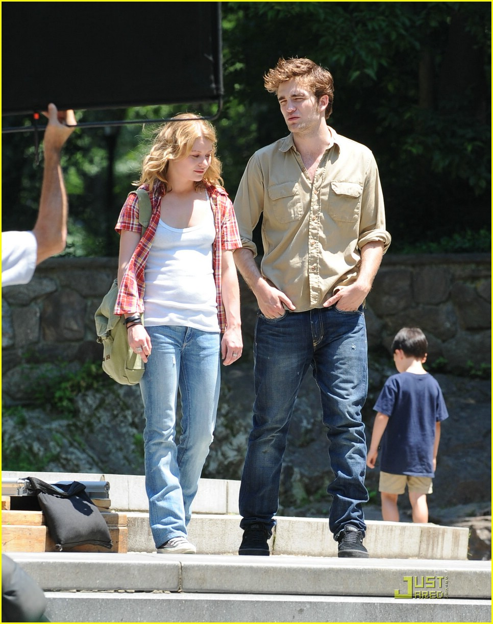 robert pattinson emilie de ravin stroll central park 07
