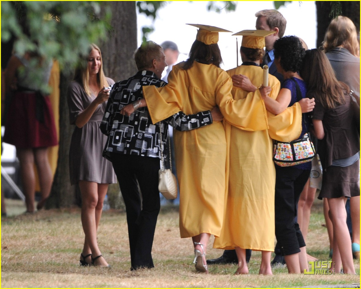 kristen stewart forks high graduation 03