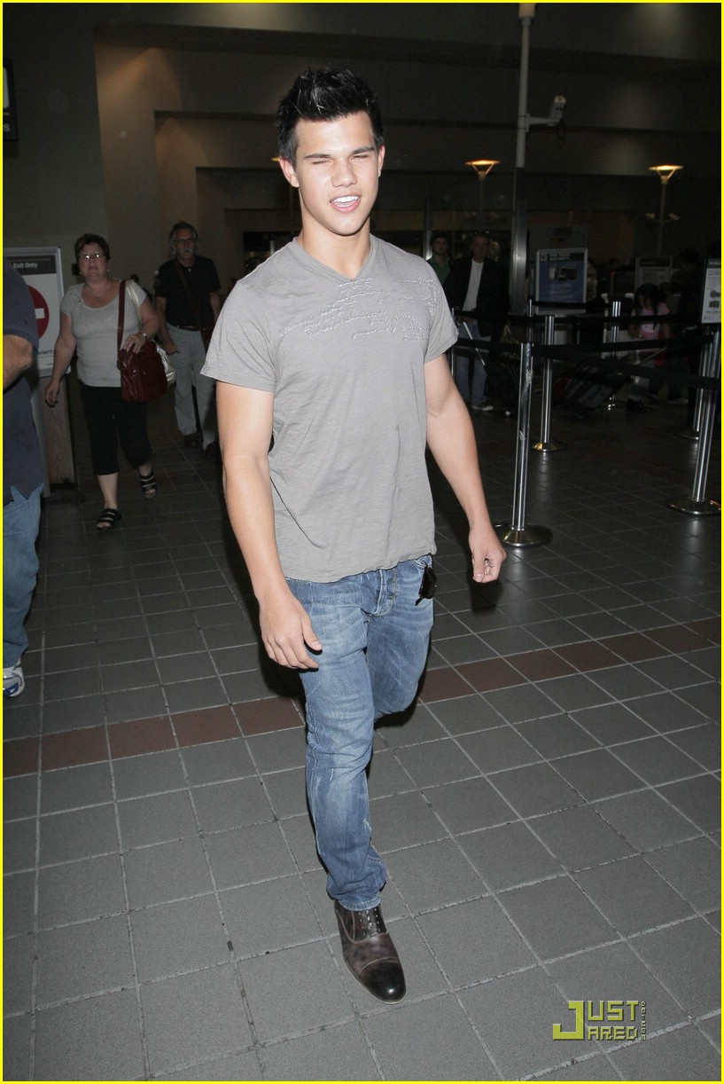 taylor lautner lands lax 07