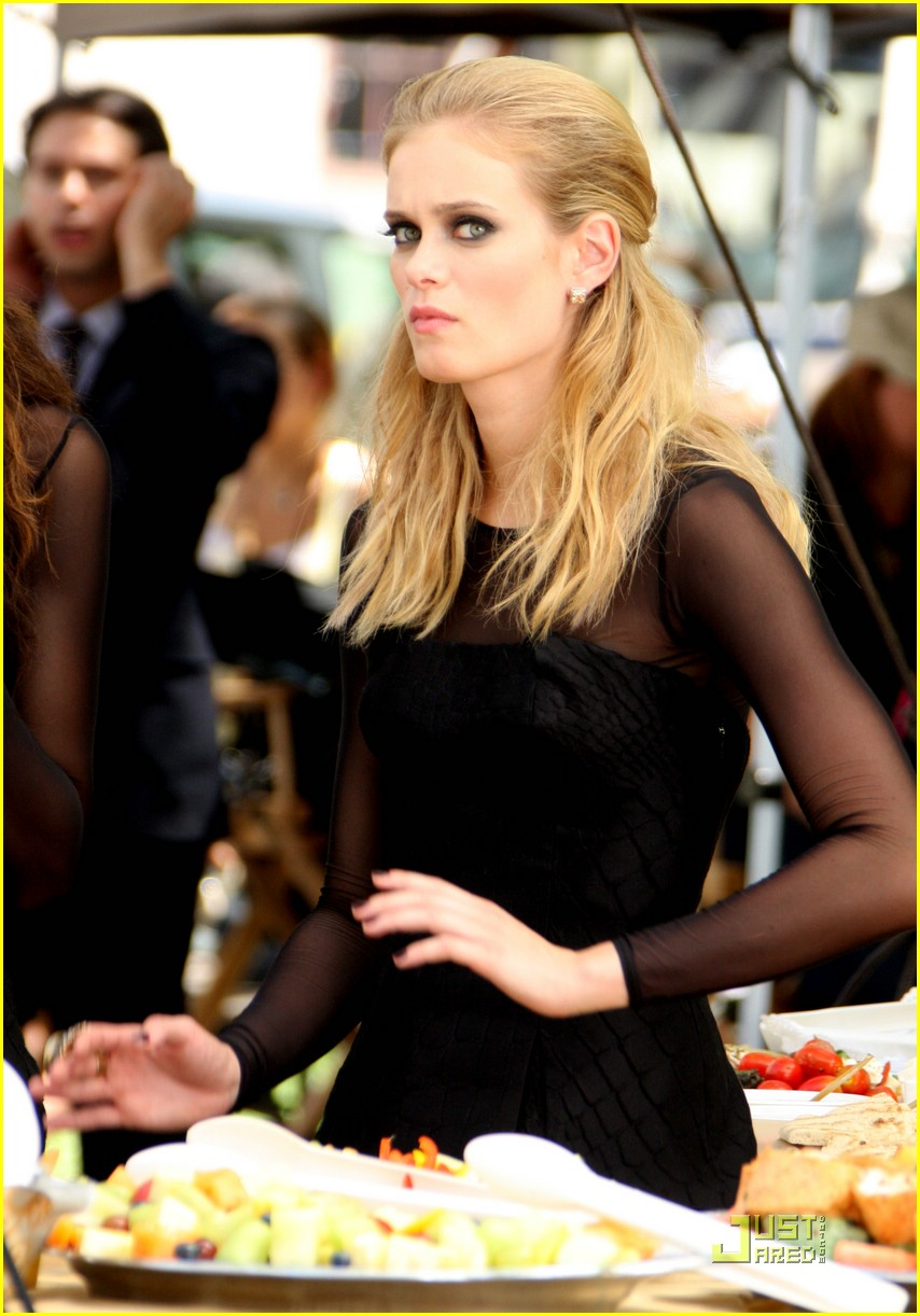 sara paxton on set smiley 05