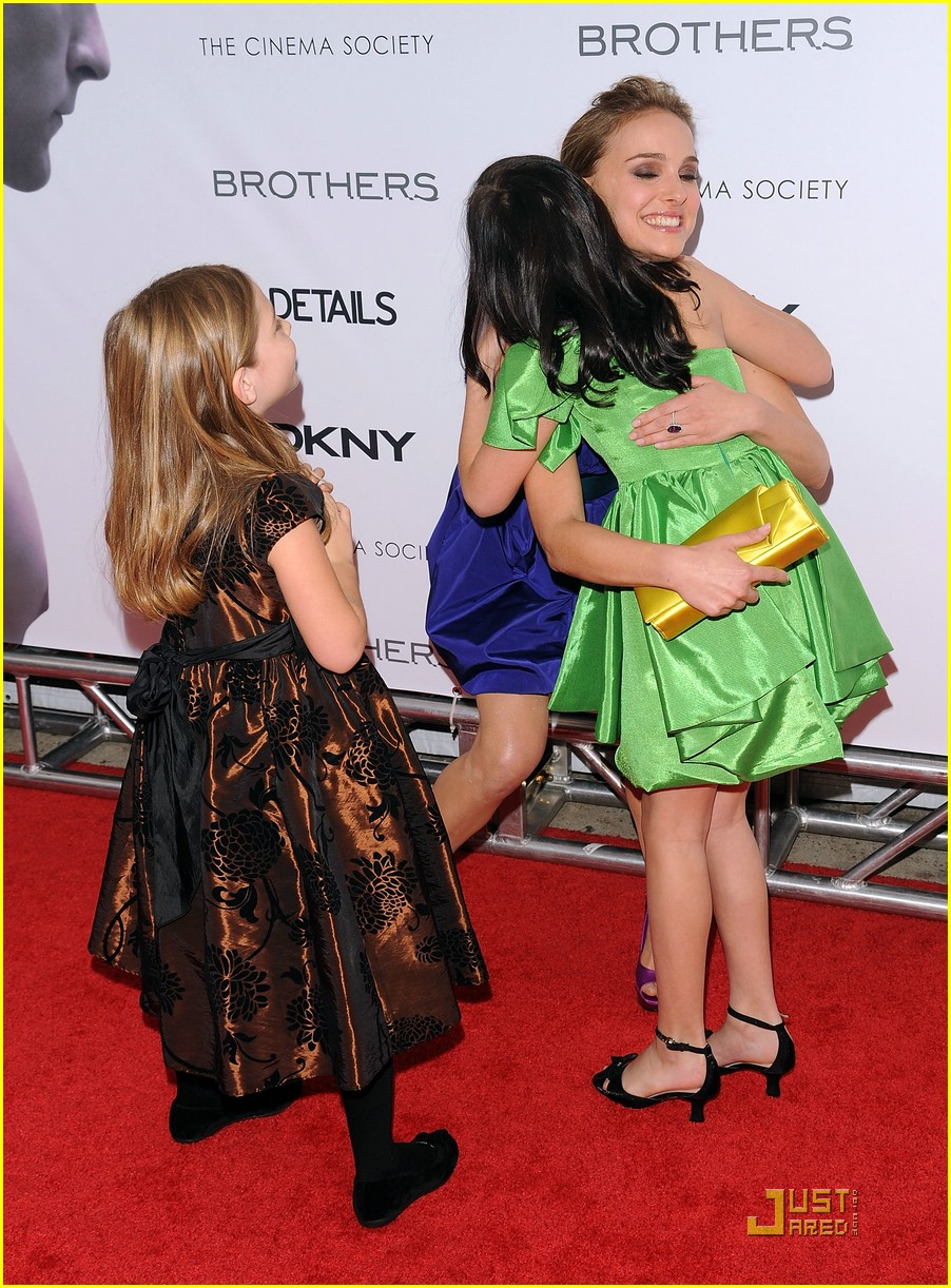 bailee madison brothers premiere 06
