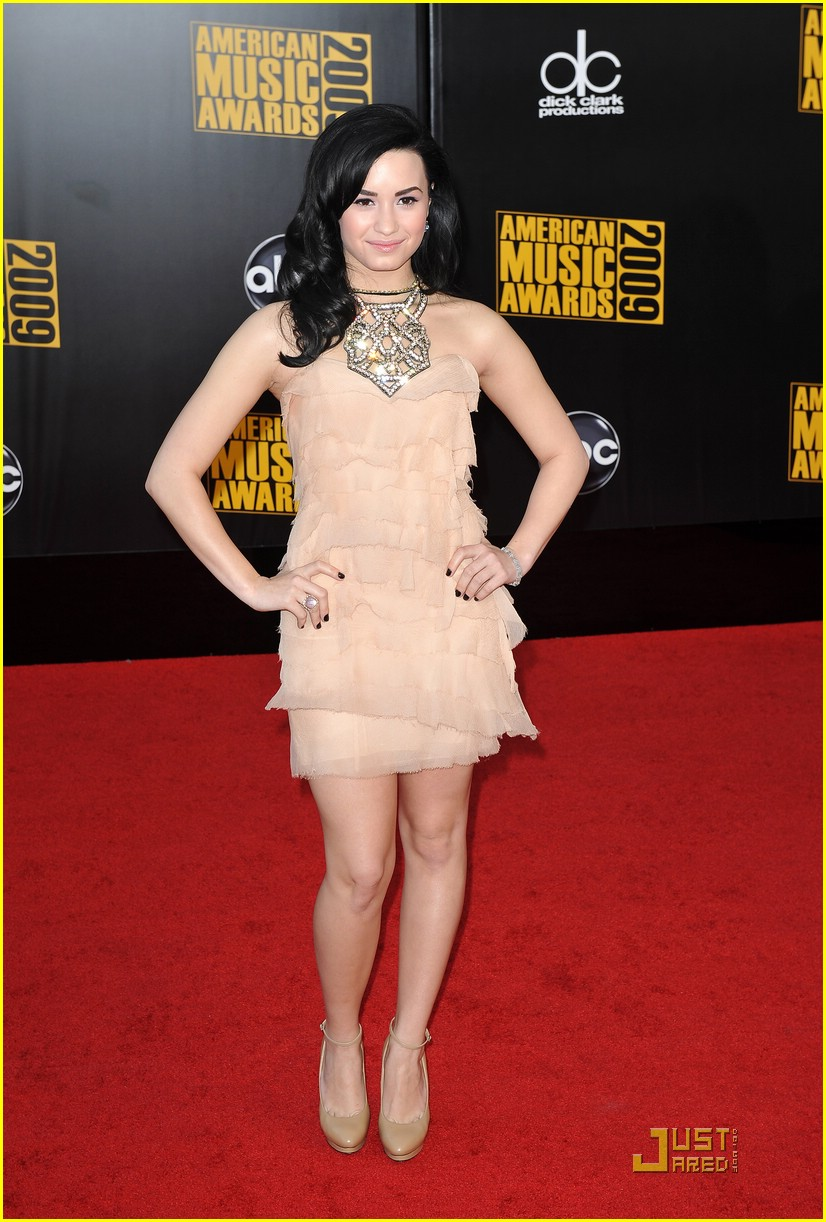 demi lovato goes glamorous as she arrives at the 2009