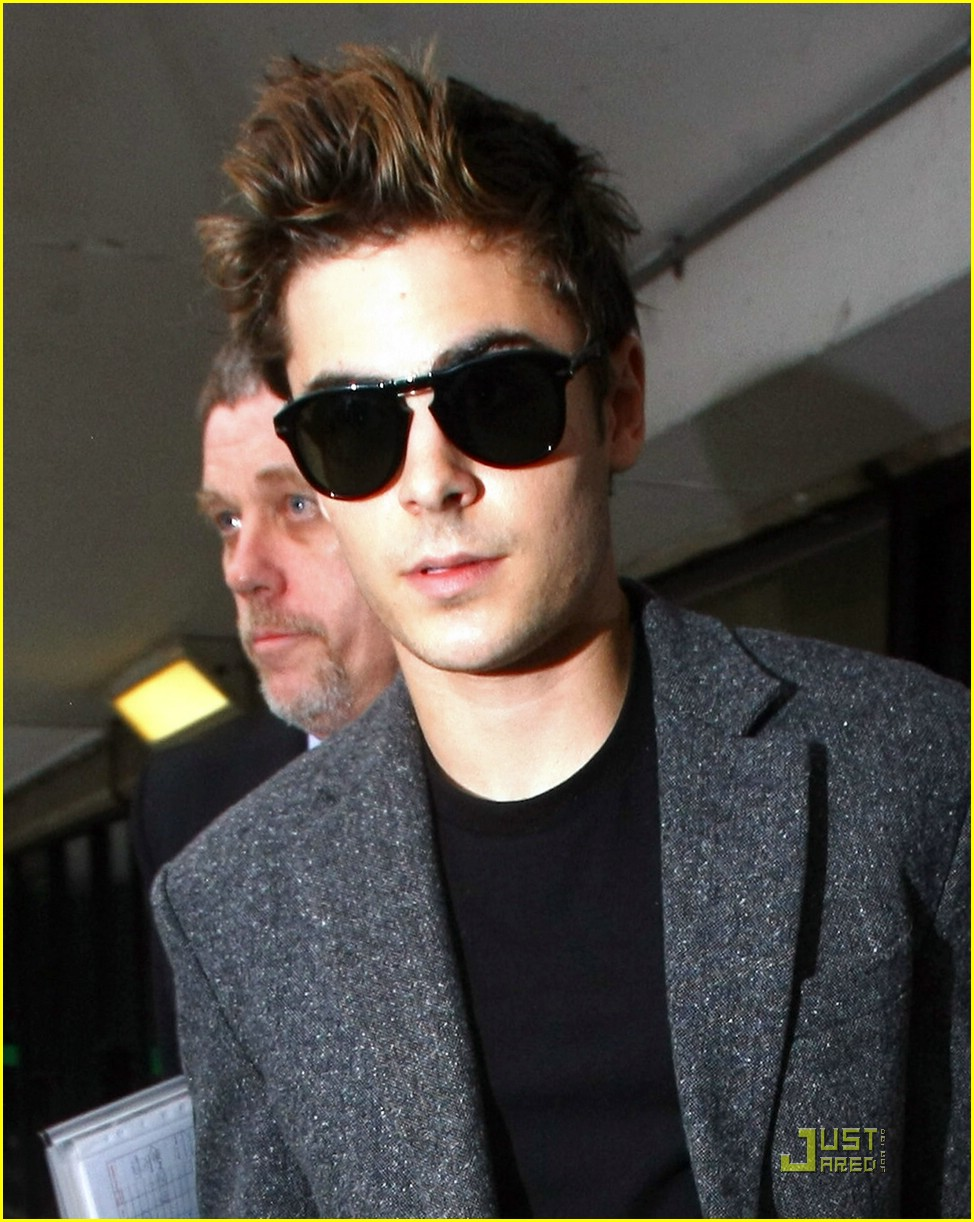 zac efron heathrow hot 02