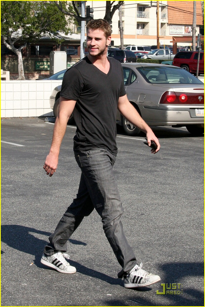 liam hemsworth robeks juice 06