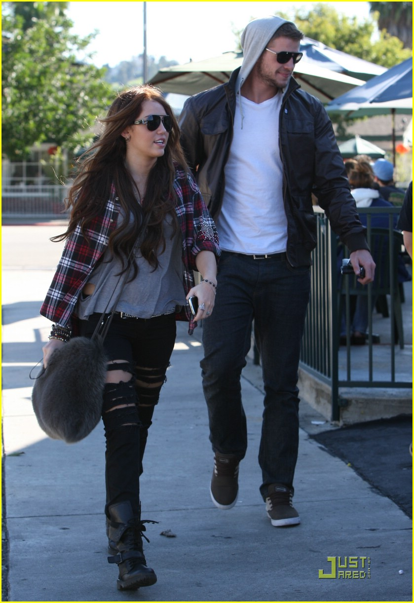 miley cyrus liam hemsworth starbucks 06