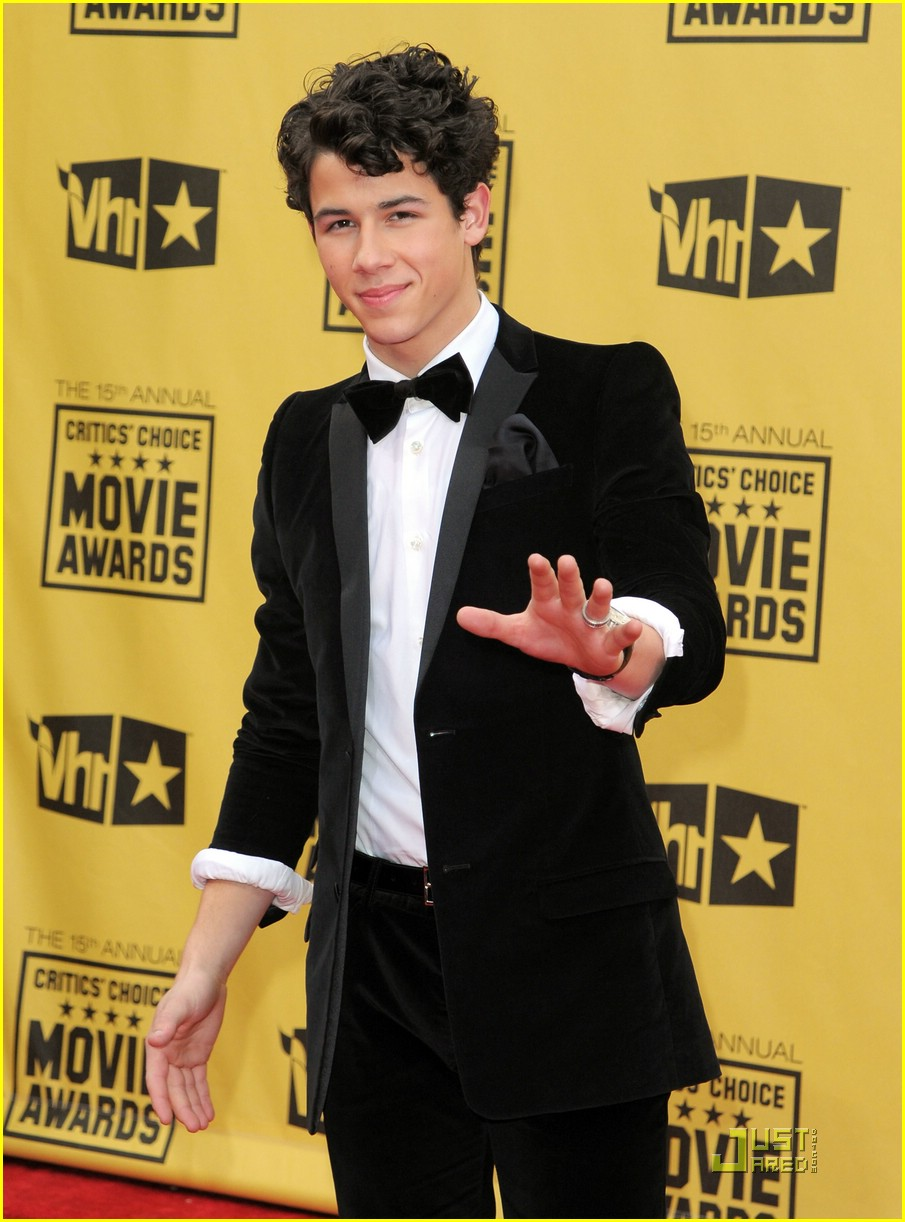 nick jonas critics choice awards 01