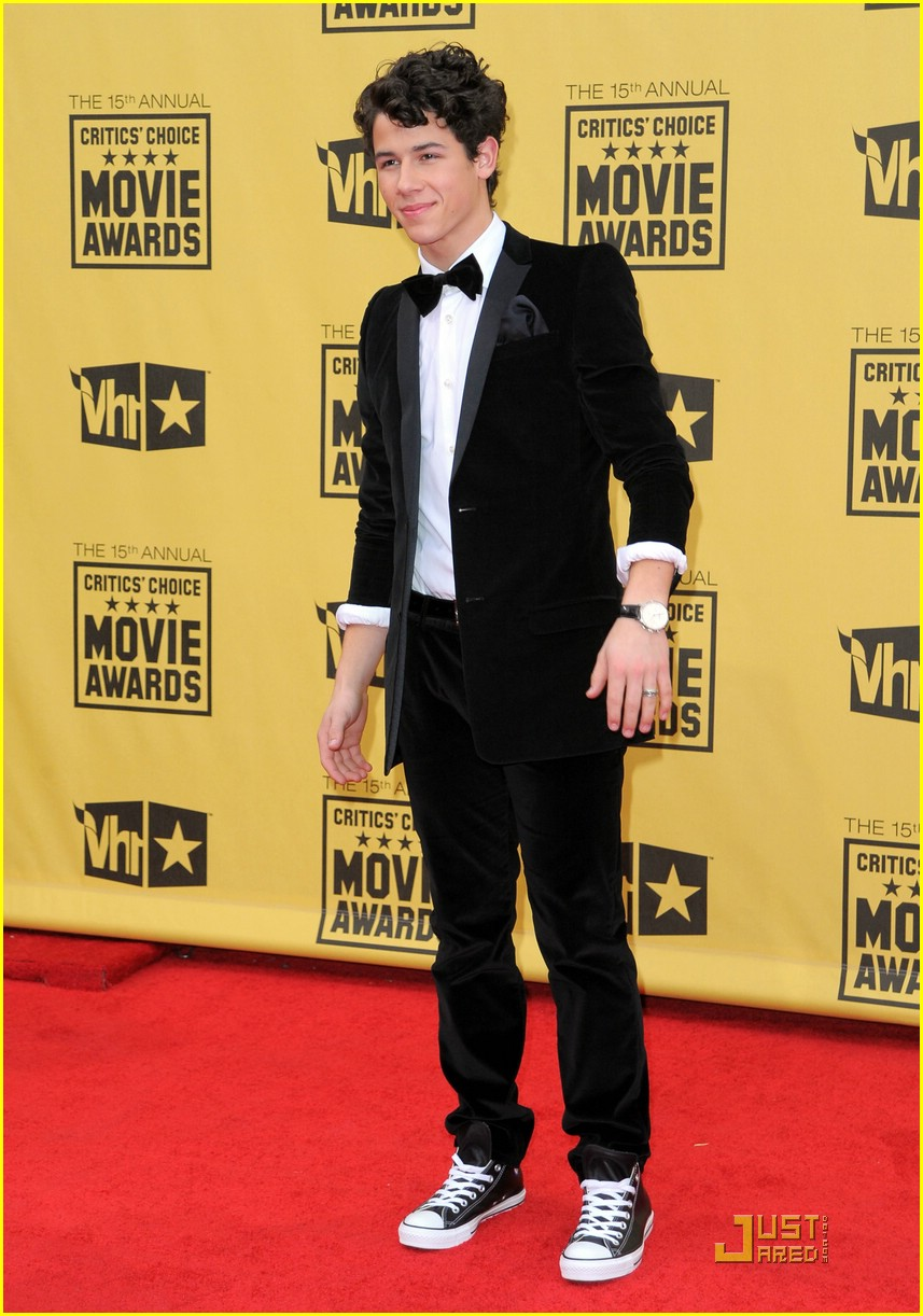 nick jonas critics choice awards 04