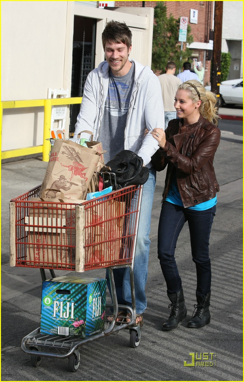 ashley tisdale scott speer trader joes 05