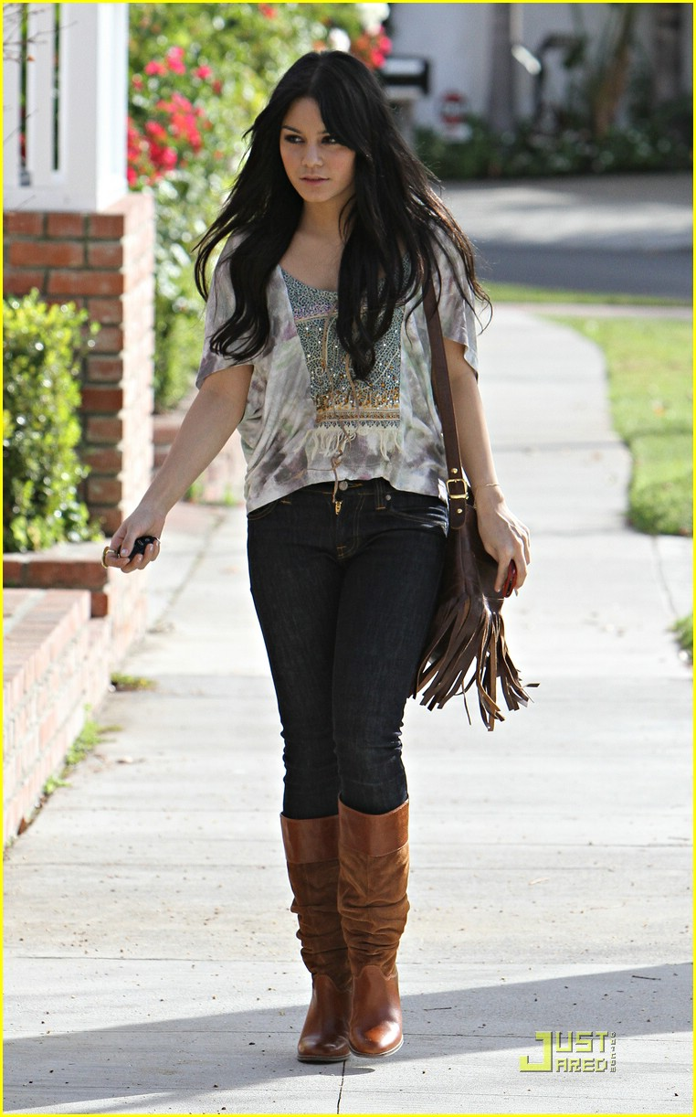 vanessa hudgens visits ashley tisdale 01