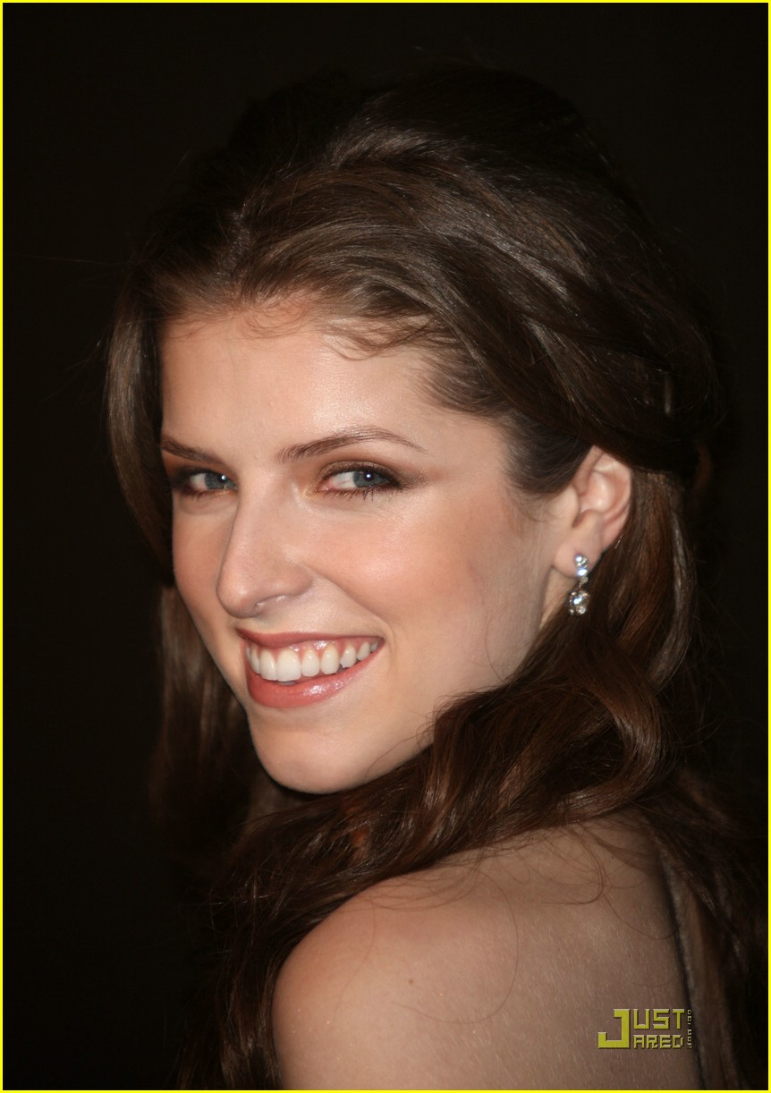 anna kendrick elie saaab stunning 12
