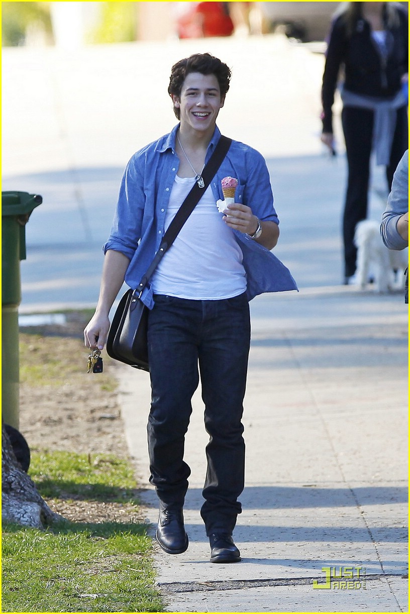 joe nick jonas ice cream 03