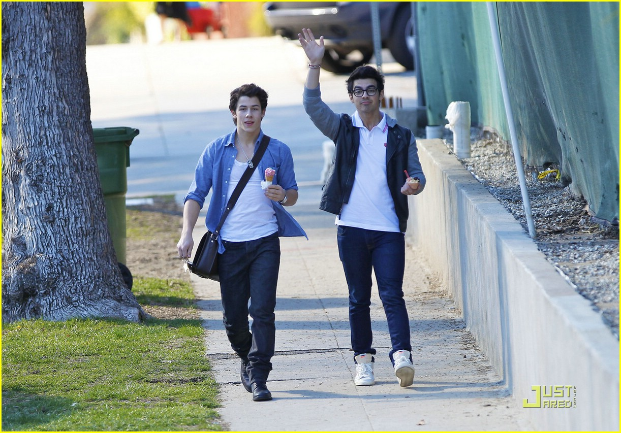 joe nick jonas ice cream 15
