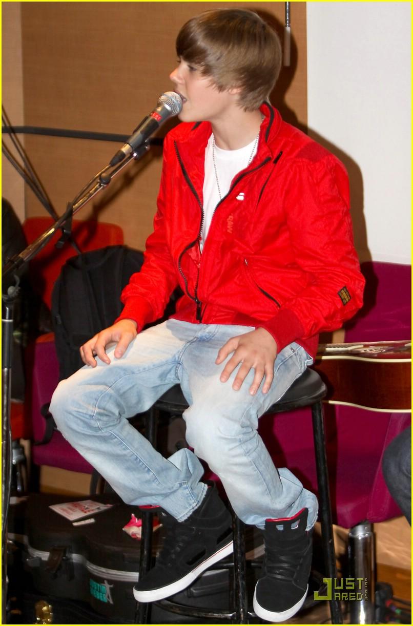 Justin Bieber Shuts Down The Citadium In Paris Photo