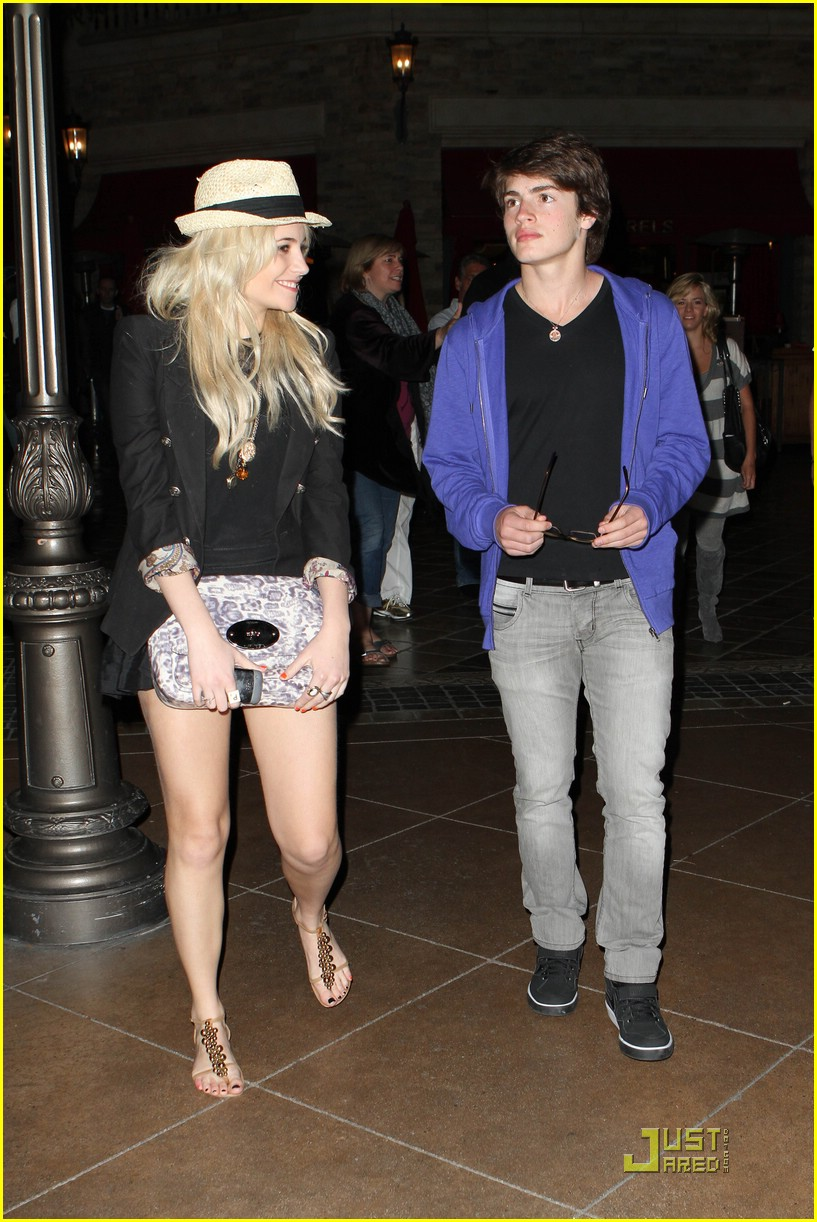 gregg sulkin pixie lott cheesecake factory 02