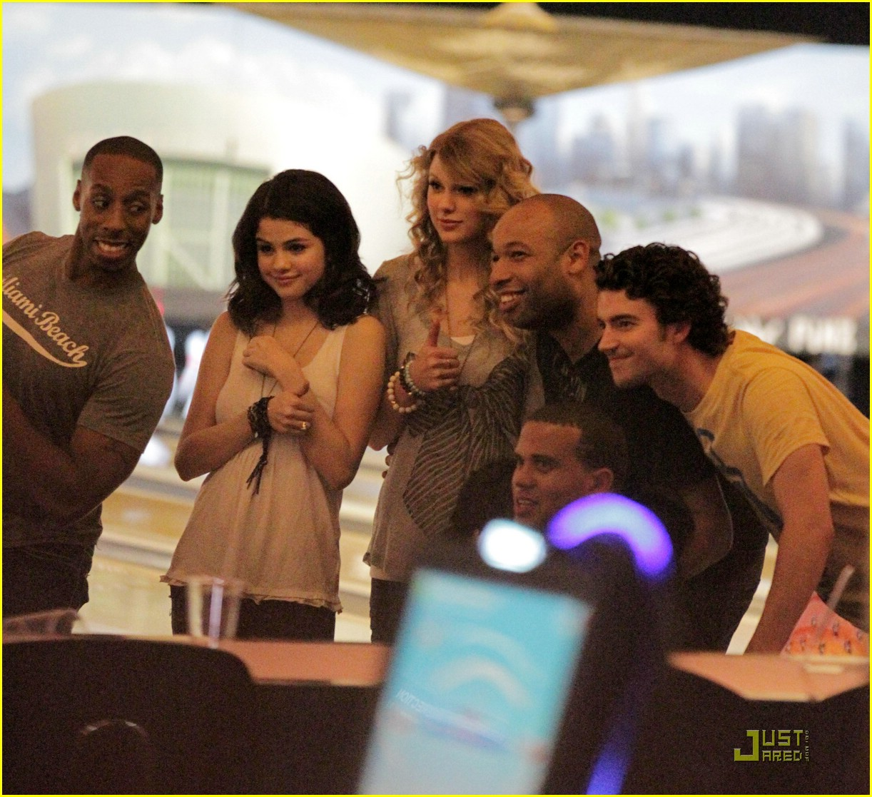 selena gomez taylor swift bowling party 03