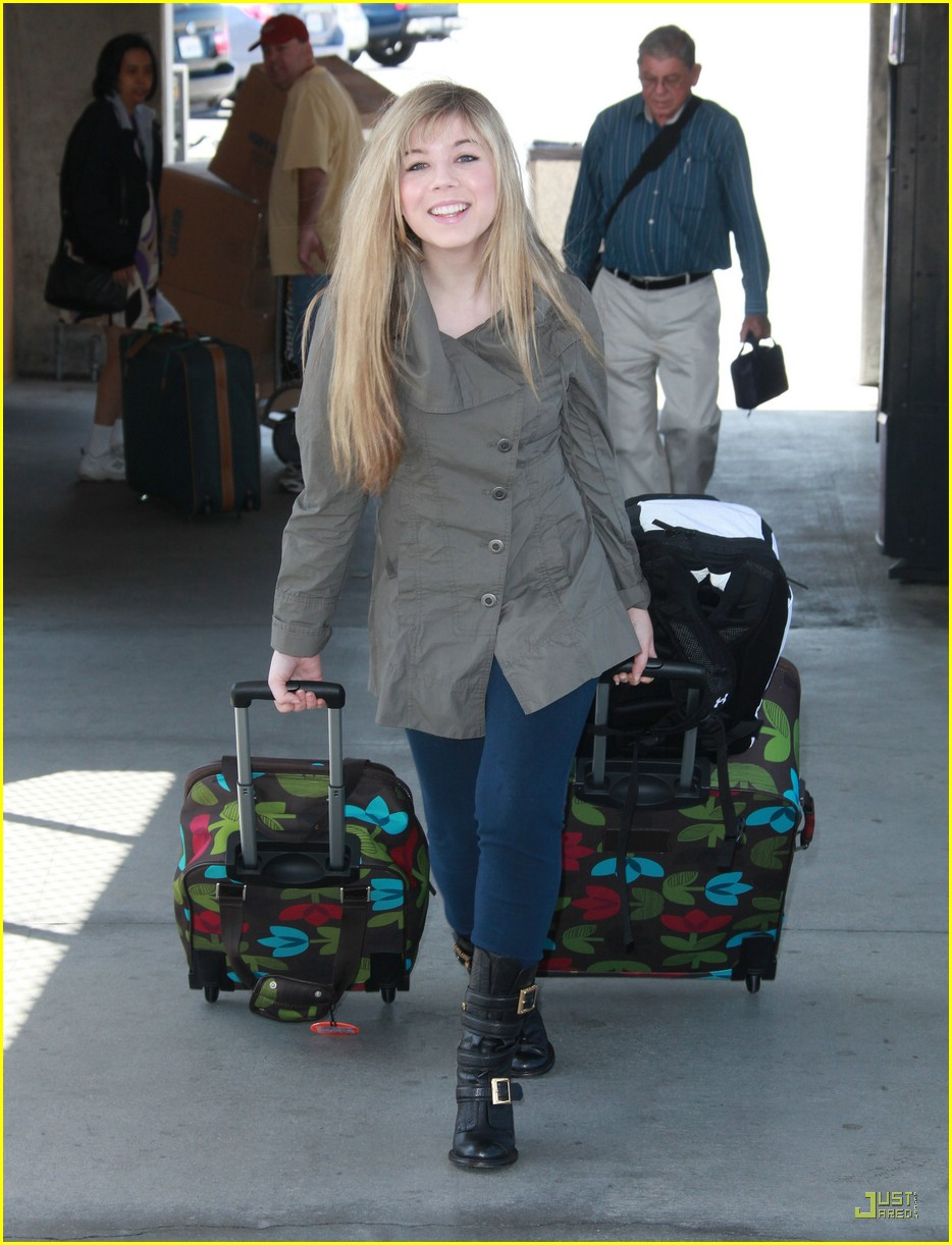 jennette mccurdy lax luggage 01