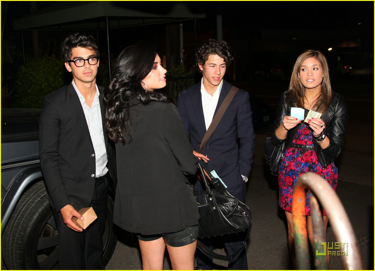 who was joe jonas dating in 2010 Much natashia who joe jonas dating and hot  twilight famed dated joe for seven months during july 2010 to february 2011 joe confessed that she is the one who took .