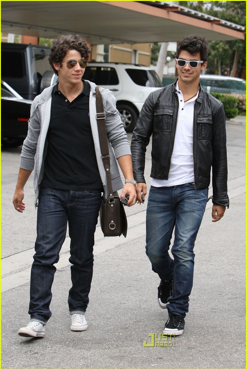 joe jonas patys restaurant nick jonas 01