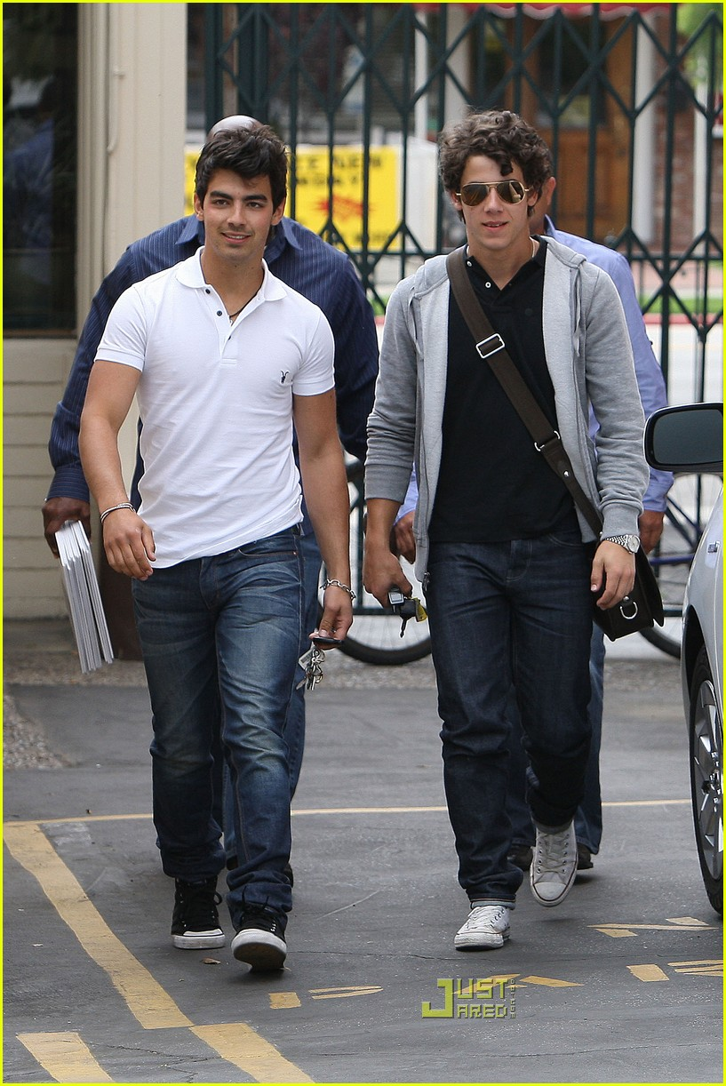 joe jonas patys restaurant nick jonas 06