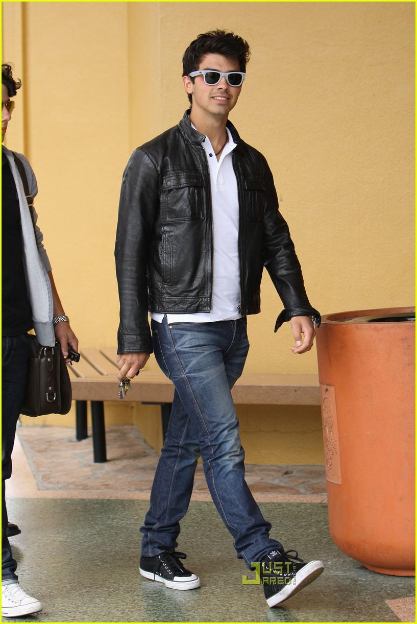 joe jonas patys restaurant nick jonas 12