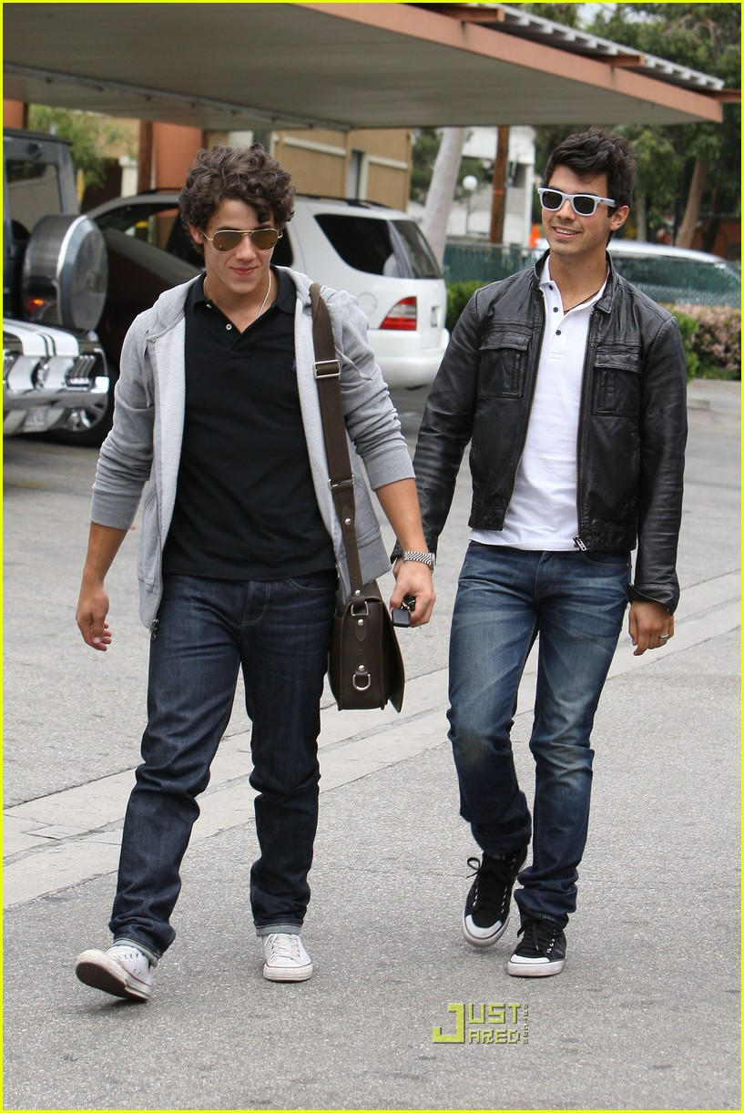 joe jonas patys restaurant nick jonas 15
