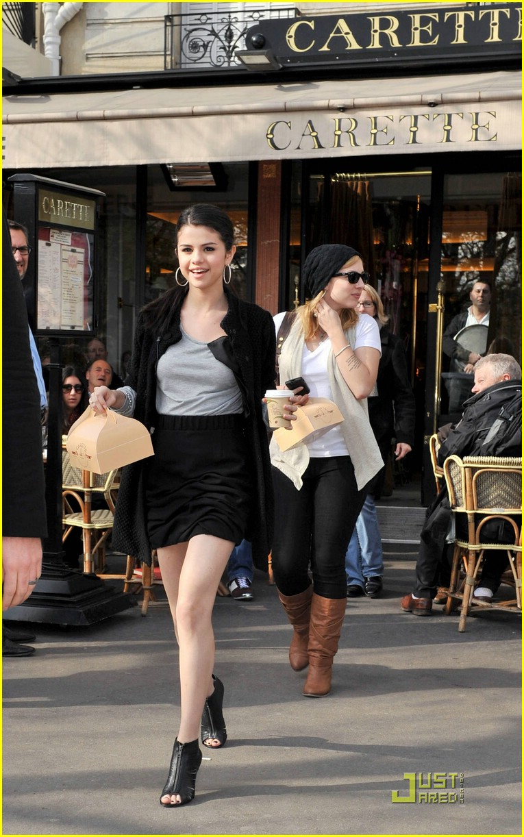 selena gomez carette paris 02
