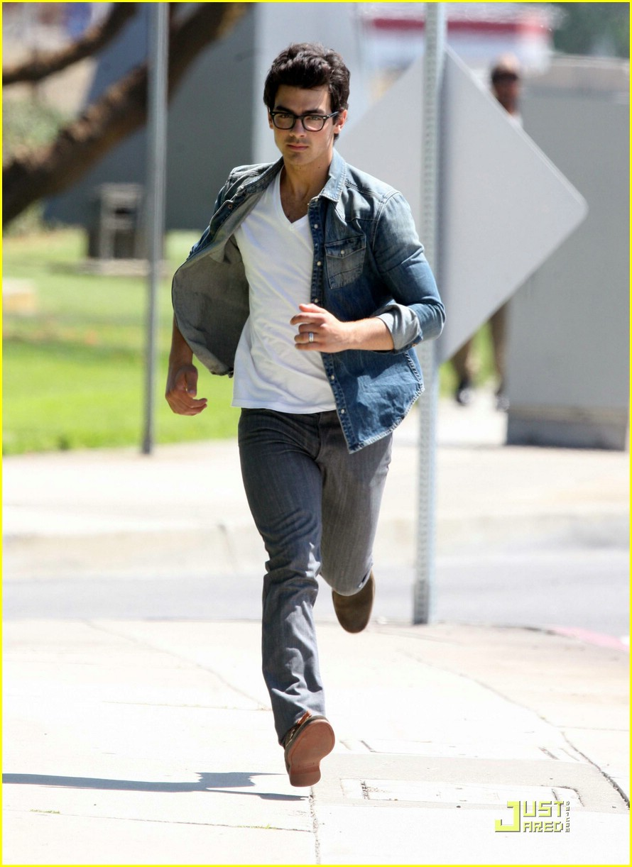 joe jonas chelsea staub fight run 07