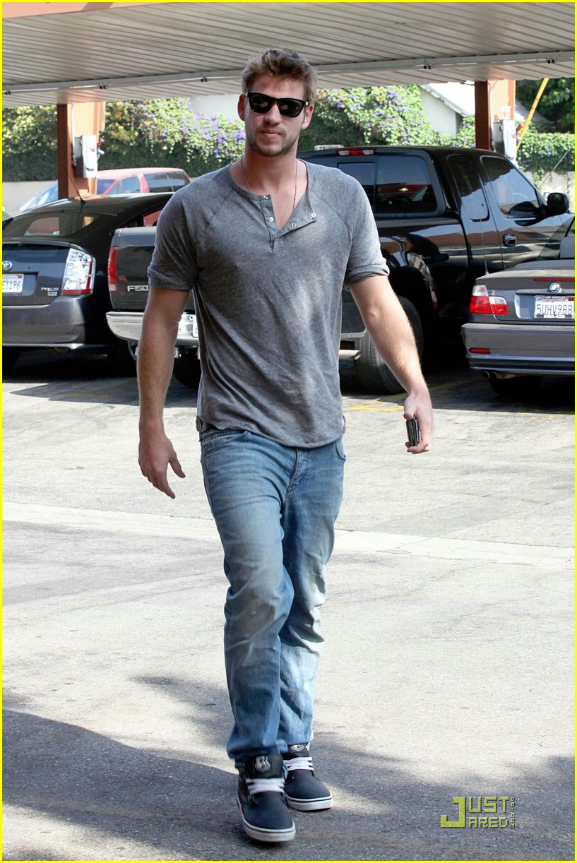 liam hemsworth starbucks stud 03