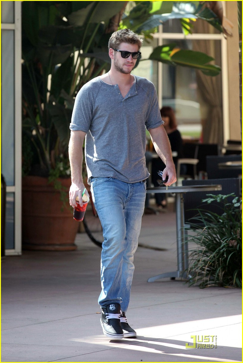 liam hemsworth starbucks stud 04