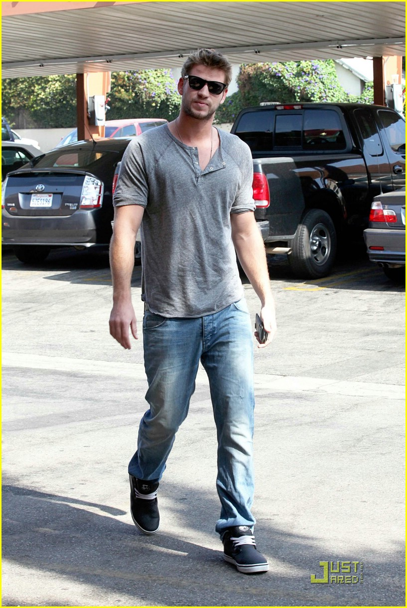 liam hemsworth starbucks stud 05