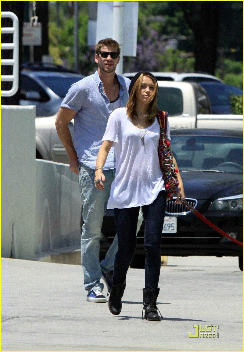 miley cyrus liam hemsworth petco 12