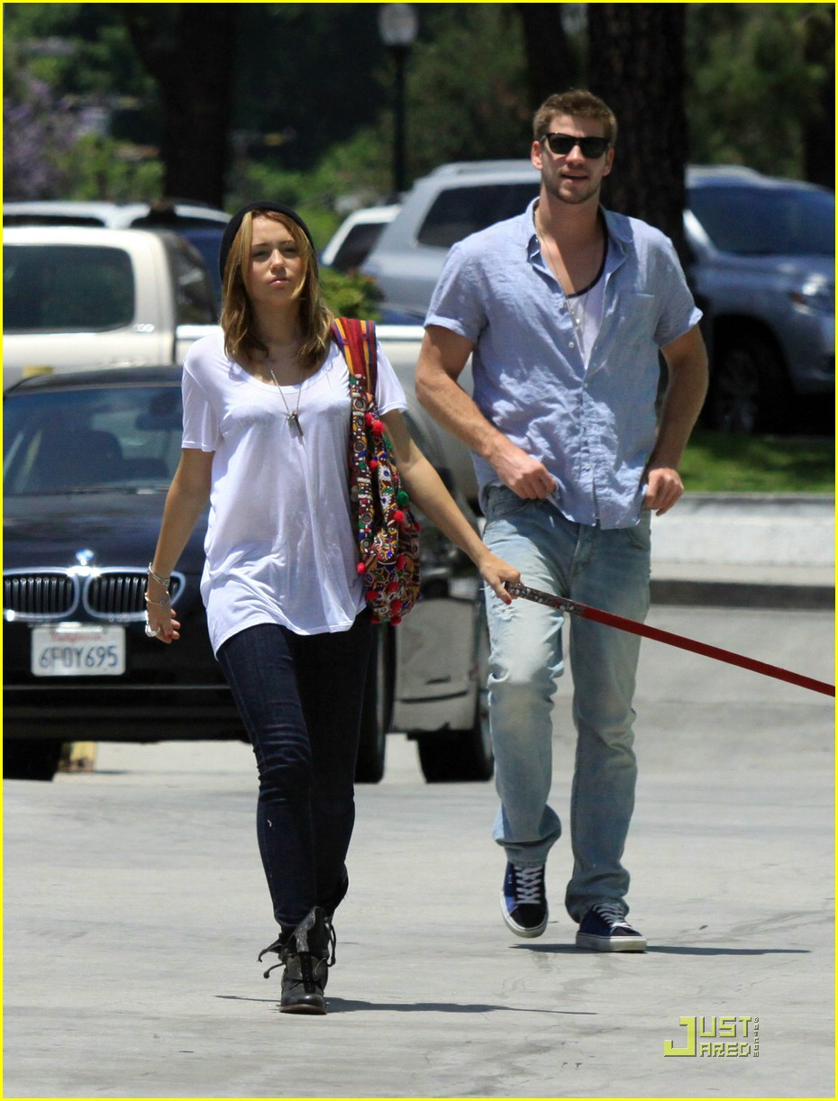 miley cyrus liam hemsworth petco 14