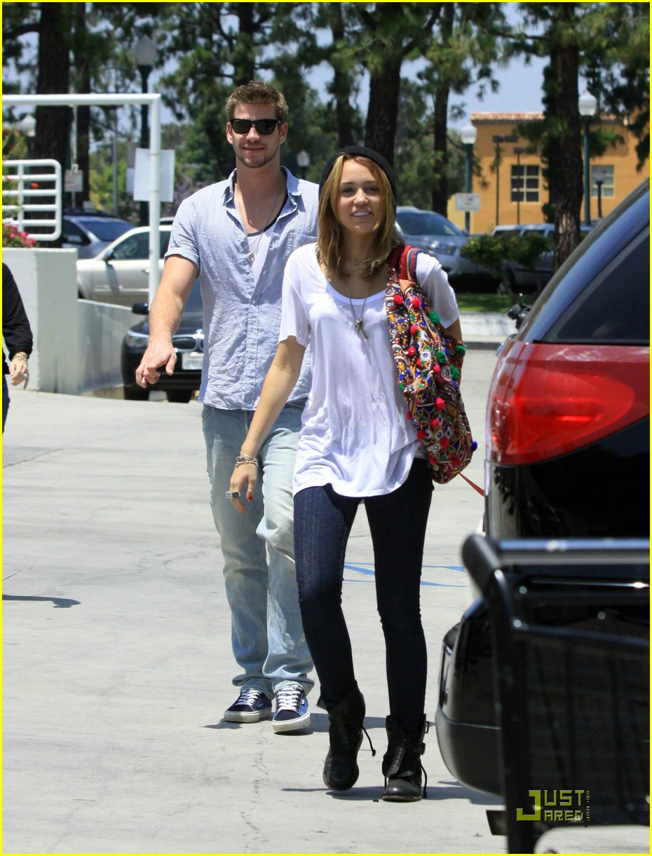 miley cyrus liam hemsworth petco 15