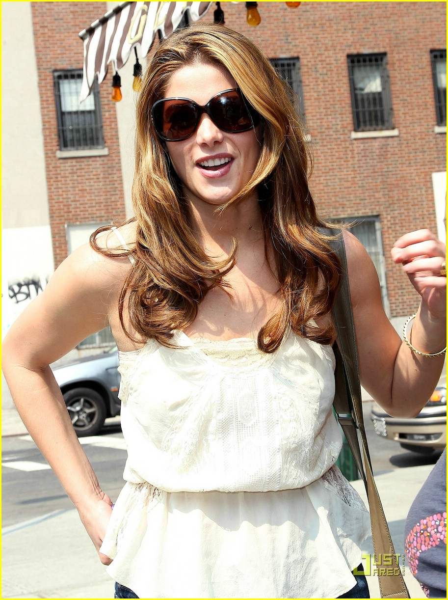 ashley greene big apple deli 09