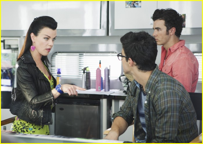 jonas brothers debi mazar 02
