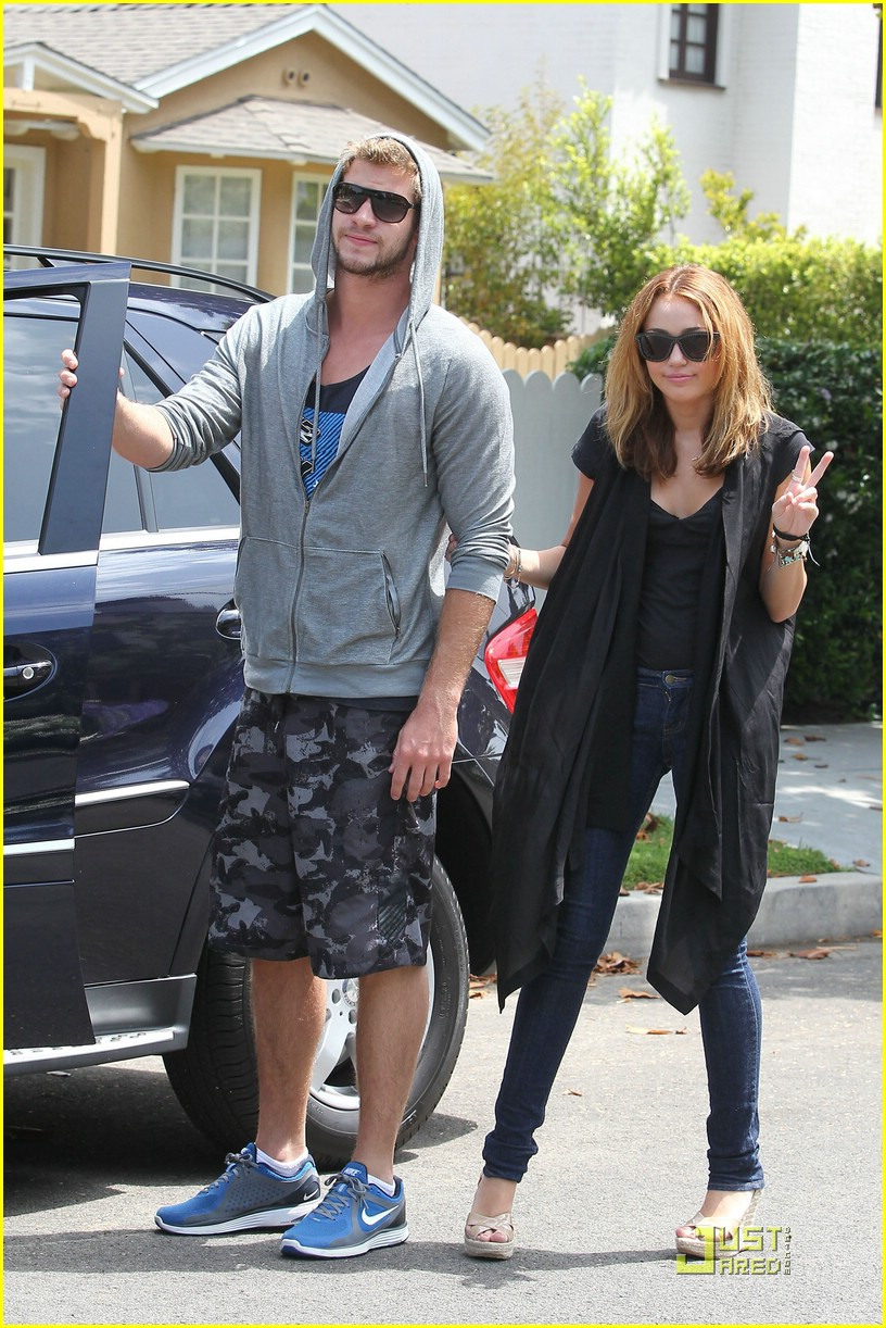 miley cyrus liam hemsworth blue shoes 11