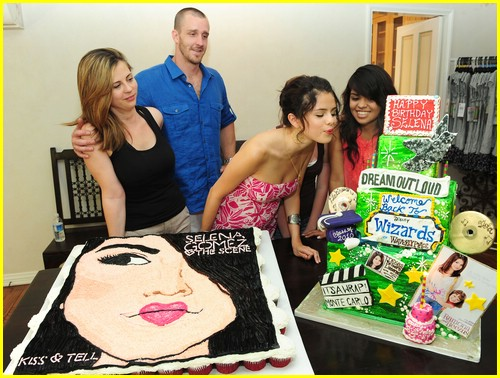 selena gomez cake convention 04