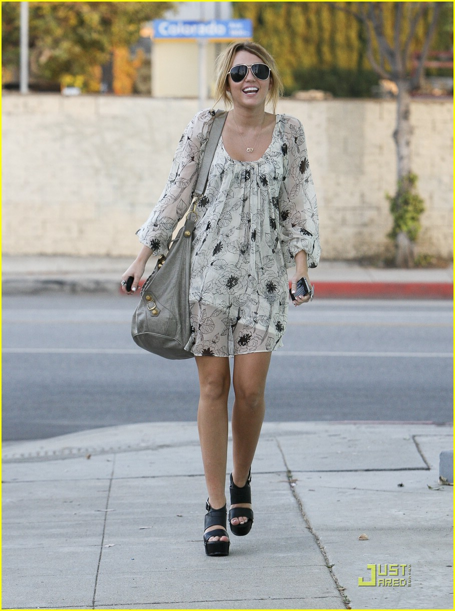 miley cyrus pap frustrate 09