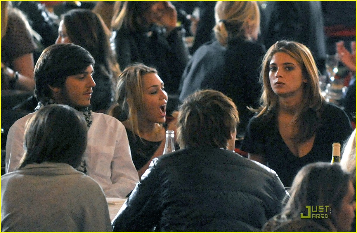 miley cyrus ashley greene eating 09