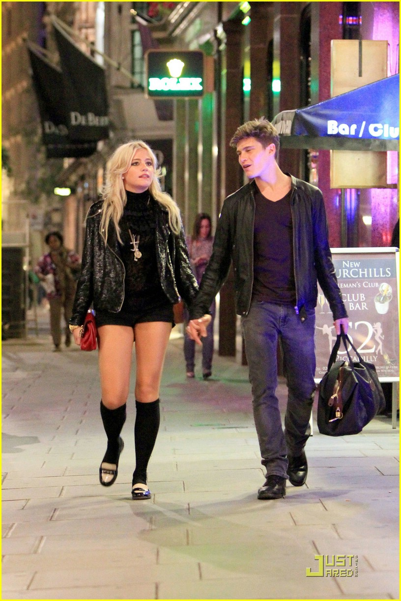 pixie lott oliver cheshire stroll 05