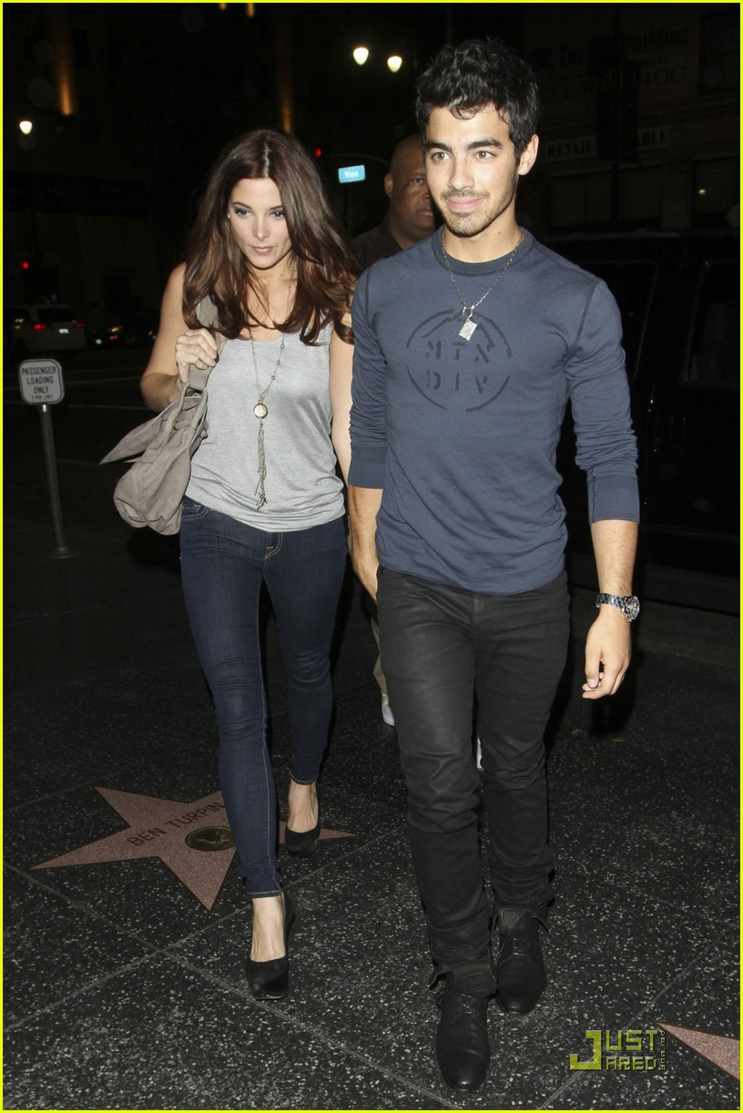 joe jonas ashley green holding hands 01