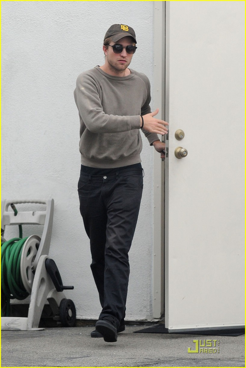 robert pattinson grey sweater 01