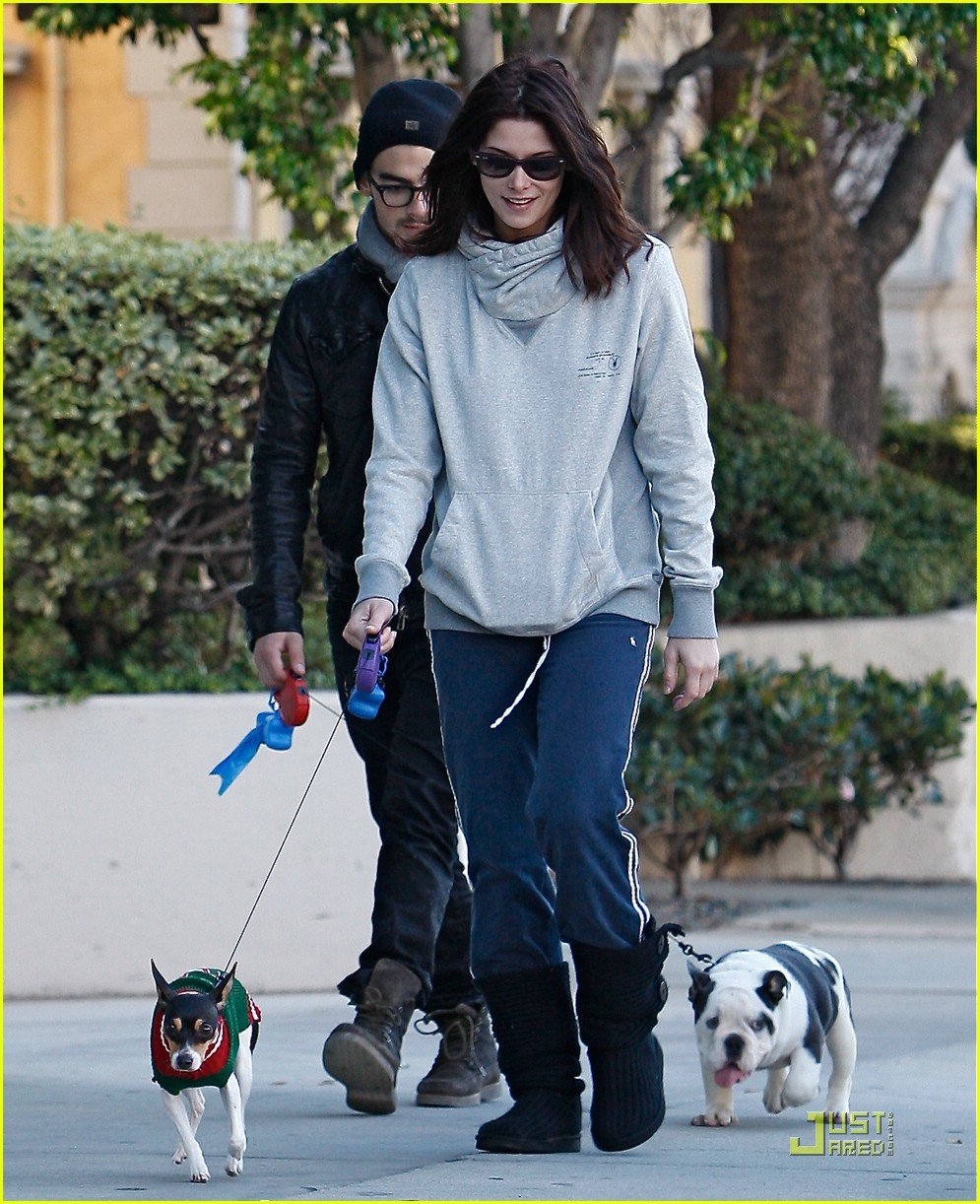 joe jonas ashley greene dog walkers 13