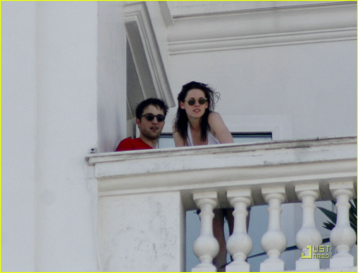 robert pattinson kristen stewart balcony rio 01